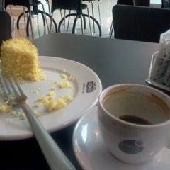 Photo taken at Café do Ponto by Fernando V. on 6/15/2012