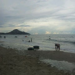 Photo taken at ชายหาดสวนสนประดิพัทธ์ (Suan Son Pradipat Beach) by Kittiphol R. on 5/5/2012