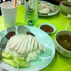 Photo taken at โก๊ะ ข้าวมันไก่ (KHO Khao Man Gai) by Andrew C. on 9/1/2012