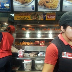 Photo taken at KFC - Kentucky Fried Chicken by Esteban T. on 7/13/2012
