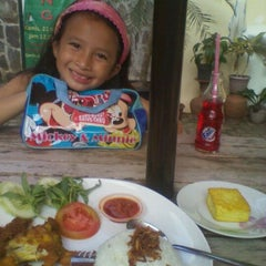 Photo taken at D'Mama Resto 'n Cafe by Johnly R. on 10/16/2011