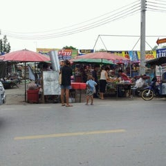 Photo taken at ตลาดนัดแยกกรุงเทพกรีฑา (Yaek Krungthep Kritha Market) by ณุ i. on 7/23/2012