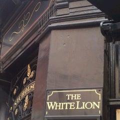 Photo taken at White Lion (Nicholson's) by Bruna K. on 9/9/2012