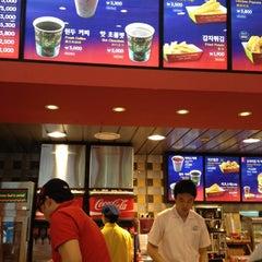 Photo taken at 에버랜드 Burger Cafe America by Ben P. on 5/28/2012