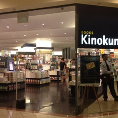 Photo taken at Books Kinokuniya 紀伊國屋書店 by Yew Fai on 3/1/2012