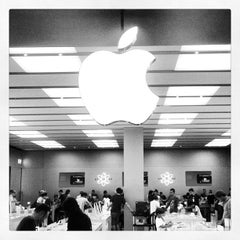 Photo taken at Apple Store, Fiordaliso by Claudio T. on 8/13/2012