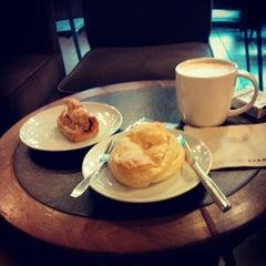 Photo taken at Starbucks (สตาร์บัคส์) by Ghudnutr S. on 5/19/2012