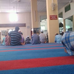 Photo taken at Masjid Kg Bahagia, Teluk Intan by Mohd Amiruz Dzaki M. on 9/2/2011