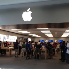 Photo taken at Apple Store, Dadeland by Jeff A. on 3/28/2012