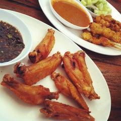 Photo taken at ก๋วยเตี๋ยวเรือนายหงอก บ้านสวน by Vee C. on 3/11/2012