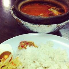 Photo taken at Asam Pedas Claypot, Jalan Salleh, Muar by ⚔Syazwan KяB™⚔ on 7/10/2012