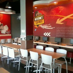 Photo taken at KFC by Harry H. on 11/13/2011
