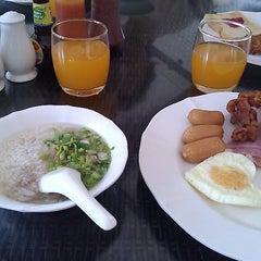 Photo taken at ห้องอาหาร @Es-ta-te Resort เขาเขียว by Shadchai w. on 12/18/2011