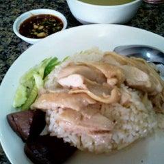 Photo taken at ข้าวมันไก่ไหหลำ ปากน้ำ by Chenisa จ. on 9/8/2012