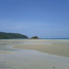 Photo taken at หาดเตยงาม (Teay Ngam Beach) by Kampanat S. on 5/7/2012