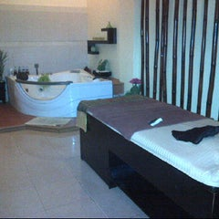 Photo taken at Junjung Buih Beauty Salon & Spa by noviyuu on 4/27/2012