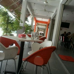 Photo taken at Downtown KLIA Seafood Restaurant (Chinese Seafoods Muslim Cuisine) by sense_similie on 3/30/2011