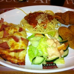 Photo taken at Shakey's by Iam P. on 6/20/2012