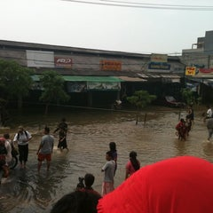 Photo taken at Suzuki Ciledug by Bintang T. on 4/4/2012