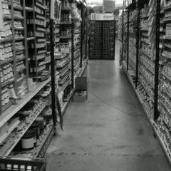 Das Foto wurde bei Jerry's Artarama von Kaleigh D. am 4/4/2012 aufgenommen