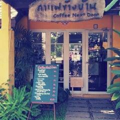 Photo taken at Coffee Next Door (กาแฟข้างบ้าน) by Wat S. on 4/10/2012