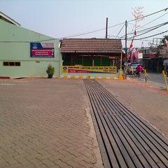 Photo taken at Daun Lalap Car Wash by Hariyono o. on 9/4/2012