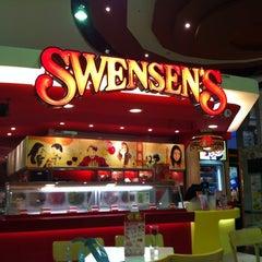 Photo taken at Swensen's (สเวนเซ่นส์) by Natty M. on 2/27/2012