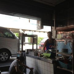 Photo taken at แซว ก๋วยเตี๋ยวหมู (Saew Noodle Shop) by Dw on 7/2/2012