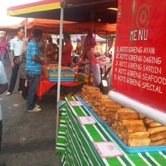 Photo taken at Pasar Malam Taman Andalas by Semutar H. on 7/28/2012
