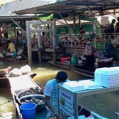 Photo taken at ตลาดน้ำตลิ่งชัน (Taling Chan Floating Market) by Prince L. on 6/9/2012