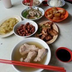 Photo taken at Outram Park Ya Hua Rou Gu Cha | 欧南园亚华肉骨茶 by Rachel C. on 8/29/2012