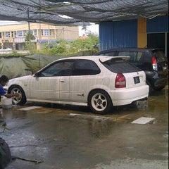 Photo taken at Mutiara Car Wash by Asrul I. on 6/18/2012