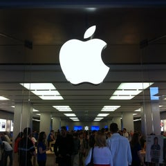 Photo taken at Apple Store, La Maquinista by Pablo C. on 5/26/2012