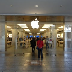 Photo taken at Apple Store, La Maquinista by Katsu T. on 3/26/2012