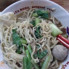 Photo taken at Mie Jakarta Pak Thoyonk by Bondan R. on 6/4/2012