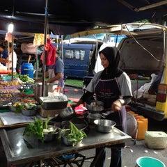 Photo taken at Pasar Malam Jalan Kuching by Barium™ on 3/29/2012