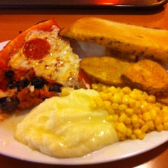 Photo taken at Shakey's Pizza Parlor by Gabriel R. on 4/13/2012