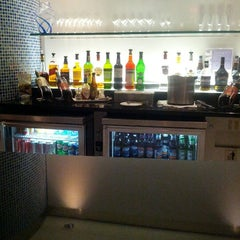 Photo taken at British Airways Terraces Lounge by Garbanzo H. on 7/27/2012
