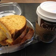 Photo taken at Starbucks by Jose Guilherme T. on 9/5/2012