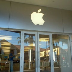 Photo taken at Apple Store, The Falls by Louis M. on 2/14/2012