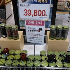 Photo taken at 이마트 (emart) by 성도 김. on 5/12/2012