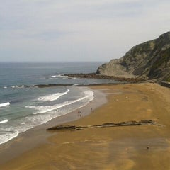 Photo taken at Playa de Itzurun / San Telmo by Sandrus F. on 5/26/2012