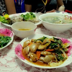 Photo taken at อ้วนอิ่ม (Uaan-im) by Woralan P. on 2/22/2012