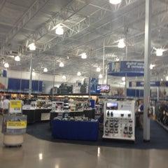 Photo taken at Best Buy by Yxes 💋🍂🍁 ☕. on 9/3/2012