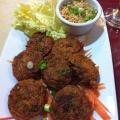 Photo taken at Bangkok Cafe by マイケル へ. on 4/25/2012