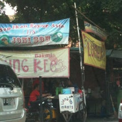 Photo taken at Bakmi Lung Kee by Thomas N. on 8/22/2012