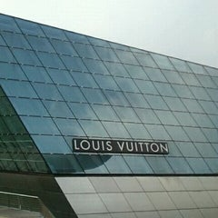 Photo taken at Louis Vuitton Island Maison by G_jewel_by_ROKO on 3/29/2012