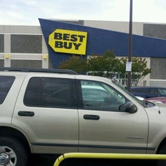 Photo taken at Best Buy by Dahlys H. on 4/10/2012