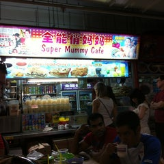 Photo taken at Chinatown Complex Market & Food Centre by Joel W. on 8/19/2012