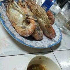 Photo taken at ร้านอีสานพัฒนา (ปากหมา) by Nu JEaby N. on 2/4/2012